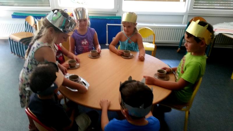 Otroci iz enote Ringa raja na obisku v enoti Živ žav: S Feliksom potujemo okrog sveta