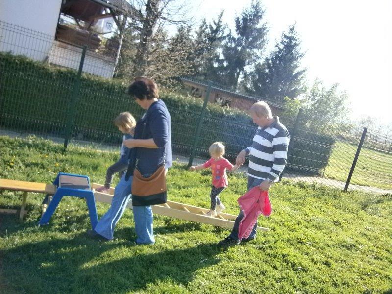 Druženje s starimi starši v enoti Iskrica